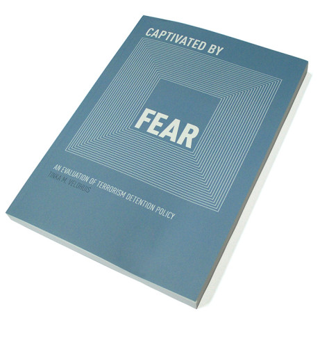 Captivated by Fear- an evaluation of terrorism detention policy Ontwerp boekomslag voor proefschrift van Tinka Veldhuis met boekenlegger / uitnodiging