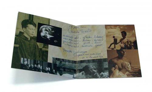 boekje bij beeld van beeldhouwer Dennis Coenraad
