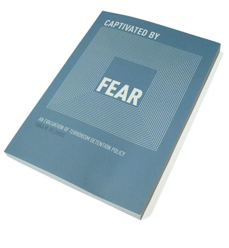 Captivated by Fear- an evaluation of terrorism detention policy Ontwerp boekomslag voor proefschrift van Tinka Veldhuis met boekenlegger / uitnodiging